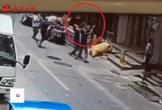 Khoảnh khắc 2 người đàn ông đỡ bé gái rơi từ tầng 4