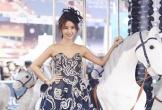 Lâm Tâm Như diện váy tôn vòng một ở trường đua ngựa