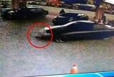 Bé 2 tuổi bị ô tô kéo lê hàng mét dưới gầm xe khi đợi mẹ đổ xăng