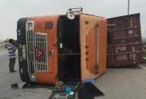 Cày nát dải phân cách, container lật ngửa giữa đường