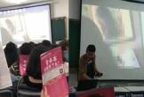 Thầy giáo chiếu nhầm phim 'người lớn' trong lớp, nữ sinh lấy sách che mặt