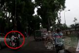 Cô gái bị hất văng xuống đường vì áo dài 'phản chủ'