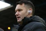 Trọng tài Anh bị treo còi vì cho cầu thủ 'oẳn tù tì' giao bóng