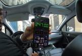 Từ chối trả tiền taxi giá cao, cặp đôi du khách nước ngoài bị tài xế nhốt trong xe