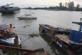 Trục vớt thuyền máy chở hàng chục tấn hóa chất chìm xuống sông Đồng Nai