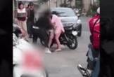 Clip nam thanh niên giật tóc bạn gái, giáng mạnh xuống đường giữa phố đông người gây phẫn nộ