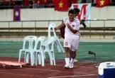 Hà Đức Chinh nghịch ngợm lấy ghế của đội khiêng cáng