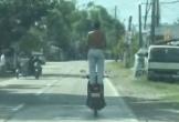 Người đàn ông 'chất lừ' đứng trên yên điều khiển xe máy