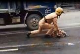 Thượng sỹ CSGT lau đường để đảm bảo an toàn giao thông