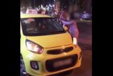 Xôn xao clip cô gái mặc đồ ngủ lớn tiếng chửi bới, cầm mũ bảo hiểm đánh tài xế giữa đường