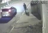 Hú hồn người nam giới chạy bộ dích dắc để cắt đuôi ô tô của bọn cướp