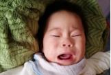 Quặn thắt bé 13 tháng tuổi giàn giụa nước mắt vì đau nhưng không có tiền đến viện