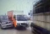 Kinh hoàng khoảnh khắc 4 ô tô tông nhau trên cầu Thăng Long