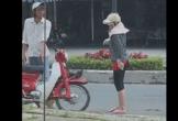 Người đàn ông bị vợ đánh, đạp đổ xe nhưng vẫn cố giữ bình tĩnh
