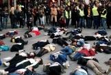 Phụ nữ Paris biểu tình 'nằm chết' để phản đối nạn bạo lực gia đình