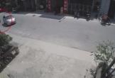 Va chạm với ô tô, người đàn ông chạy xe máy lao thẳng vào ghế đá bên đường: Ai là người sai?
