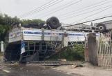 Xe tải ủi bay chục mét rào chắn, lật ngửa trước sân nhà dân trong đêm