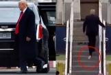 Tổng thống Trump lại bị dính giấy vệ sinh dưới đế giày khi lên máy bay