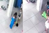 Bé trai 17 tháng tuổi nằm bất động bị các bạn giẫm, đạp lên người ở trường mầm non