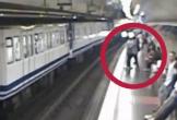 Mải nhìn điện thoại, cô gái té vào đường tàu đang chạy