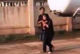 Kẻ ngáo đá dí dao vào cổ, khống chế bé gái để tìm cách tẩu thoát khi gặp công an