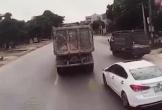 Clip: Nữ tài xế cắt đầu xe tải