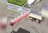 Clip: Màn đỗ xe ngoạn mục của tài xế container khiến người xem trầm trồ