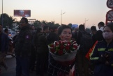 Mẹ của 'hot girl' làng bóng đá nữ ôm bó hoa quay về khi không gặp được con