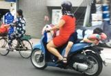 Thót tim cảnh người phụ nữ chạy xe, buộc con nằm dài trên yên