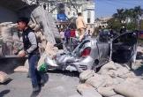 Xe tải chở xi măng lật nghiêng đè nát xe con, 2 người thương vong