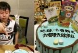 Ông bố gây sốt khi tặng con trai cưng bánh sinh nhật kèm lời nhắn: Khi trái đất còn chưa diệt vong thì con vẫn phải làm bài tập