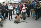 Cám cảnh lăn lê, kê giường giữa đường xin tiền ở chợ Viềng