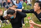 Dân mạng sợ hãi cảnh tượng ở lễ hội ném cà chua, trứng thối cầu may