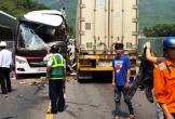 Ôtô khách chở đoàn du lịch húc xe container, 11 người bị thương