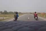 4 thanh niên ngông nghênh chạy xe lạng lách, đánh võng trước mũi ô tô