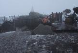 Tuyết bất ngờ rơi trên đỉnh Fansipan khiến nhiều người ngỡ ngàng