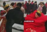 Cô dâu được quấn chăn bông lên xe mui trần ngày cưới