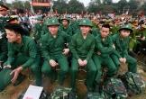 Tân binh bịn rịn chia tay trong lễ giao quân ở Hà Nội