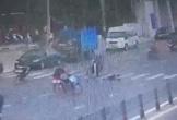 Xe máy tông ông cụ ngã ra đường rồi bỏ chạy