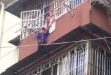 Bé gái 8 tuổi nắm chặt tay em trai lơ lửng trên ban công tầng 5 trong 20 phút