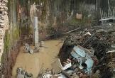 Đứng xem bố đào mương, bé gái 8 tuổi bị tường sập xuống tử vong