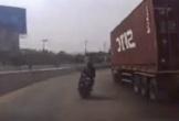 Container ôm cua đổ ngang đường, xe máy thoát chết trong gang tấc