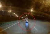 Cô gái bất ngờ chạy ra giữa đường, lao thẳng vào đầu ôtô