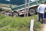 Nghệ An: Tàu hỏa đâm văng xe tải chở đất, tài xế tử vong tại chỗ