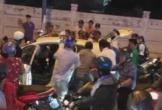 2 thanh niên cướp taxi bị người dân vây bắt