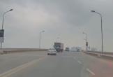 Tài xế ô tô con đánh lái xuất thần khi suýt đấu đầu xe tải