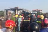 Xe container đâm xe tải rồi tông sập nhà dân, phụ xe chết kẹt trong cabin