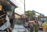 Xe container tông đổ nhiều nhà dân lúc rạng sáng, tài xế bị thương