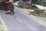 Kinh hoàng khoảnh khắc xe chở cát lật nghiêng, đổ ập lên hai người đi đường