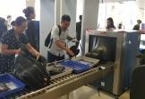 """""""Thó"""" ví tiền tại điểm soi chiếu, khách bị camera an ninh sân bay tóm gọn"""